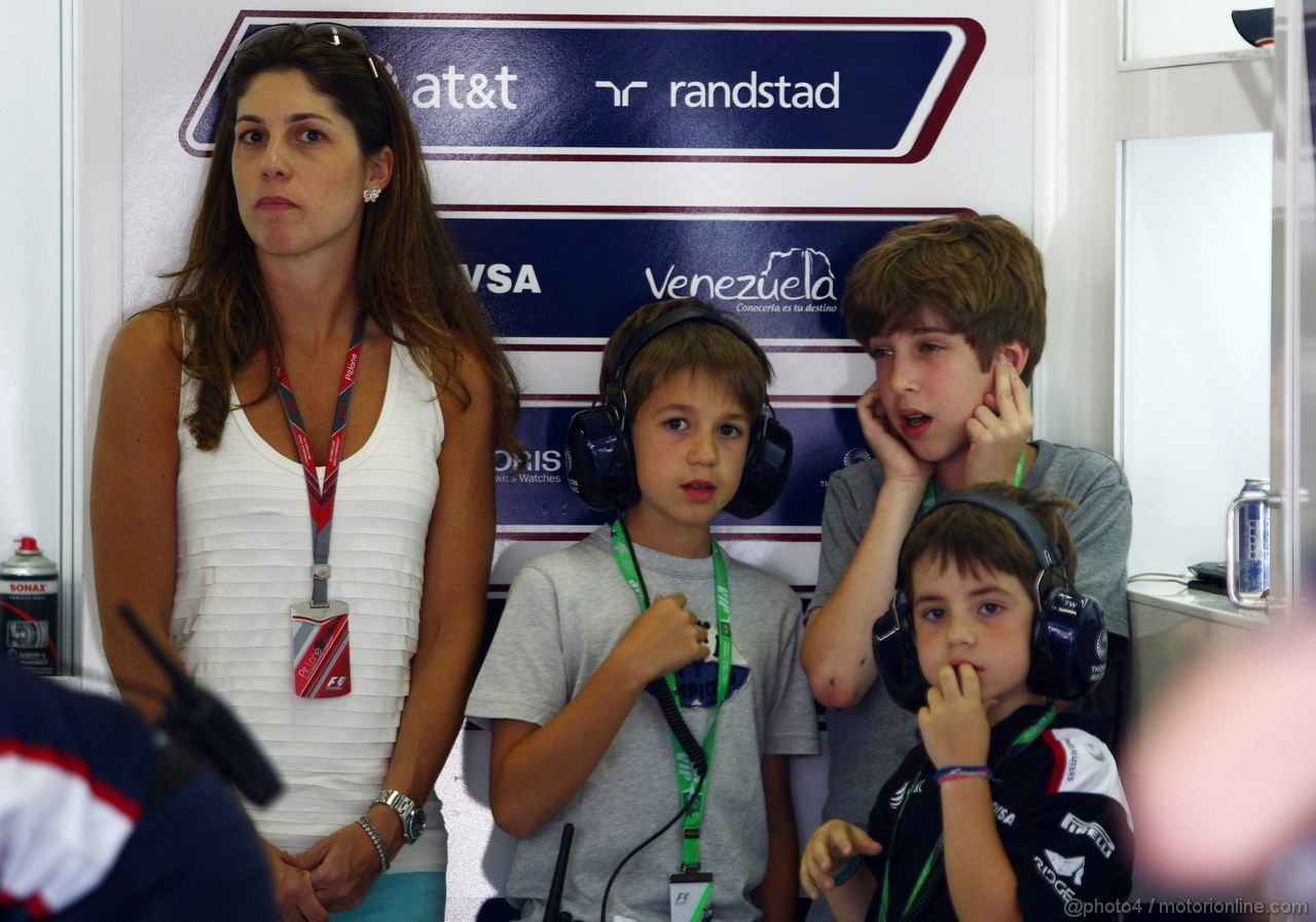 GP BRASILE, 25.11.2011- Prove Libere 2, Venerdi', Silvana, wife of Rubens Barrichello (BRA), Williams FW33 e their sons