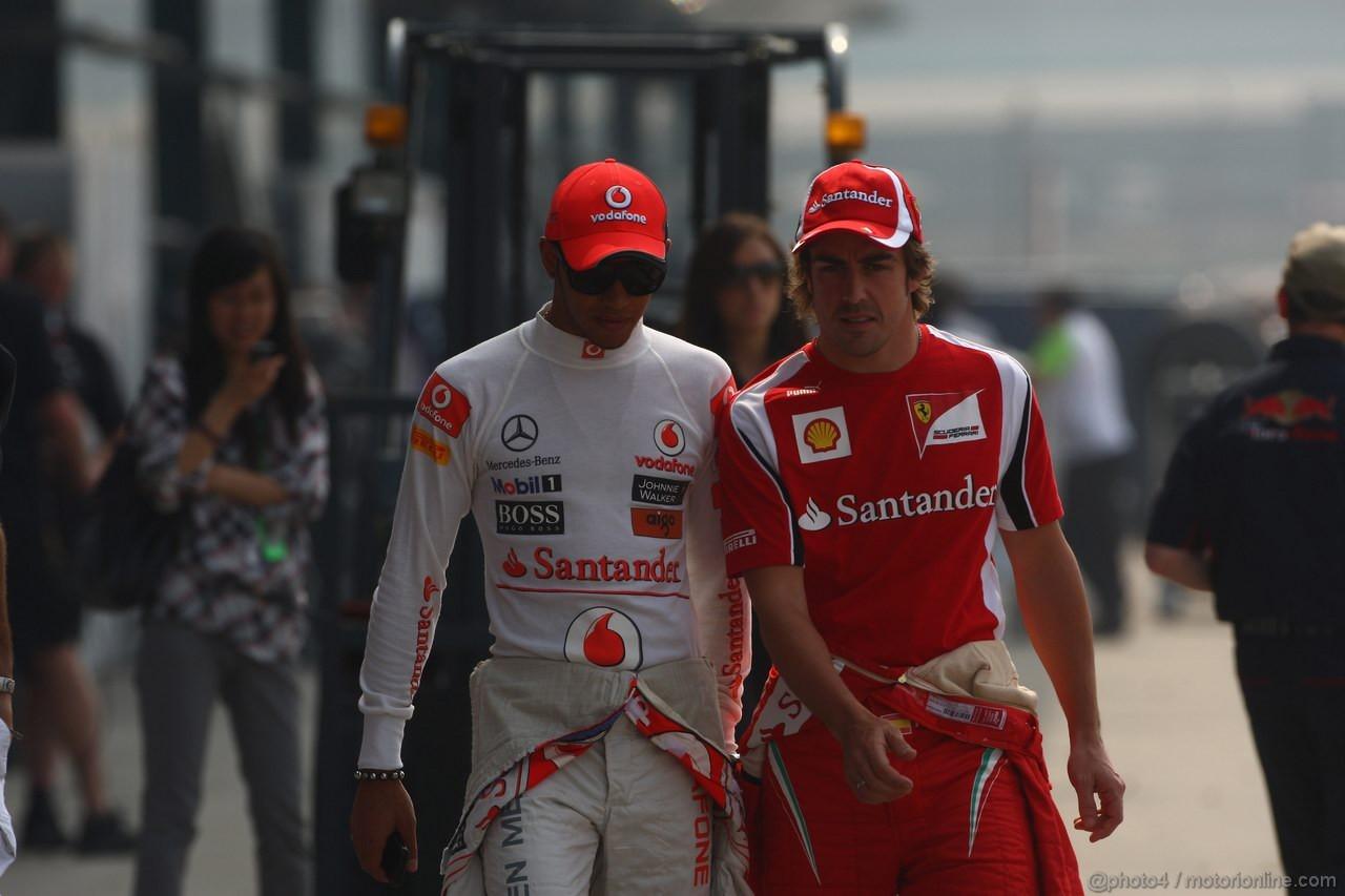 GP CINA, 14.04.2011- Lewis Hamilton (GBR), McLaren Mercedes, MP4-26 e Fernando Alonso (ESP), Ferrari, F-150 Italia