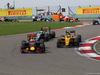 GP CINA, 17.04.2016 - Gara, Daniel Ricciardo (AUS) Red Bull Racing RB12 e Jolyon Palmer (GBR) Renault Sport F1 Team RS16