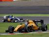 GP GIAPPONE, 09.10.2016 - Gara, Jolyon Palmer (GBR) Renault Sport F1 Team RS16 davanti a Marcus Ericsson (SUE) Sauber C34