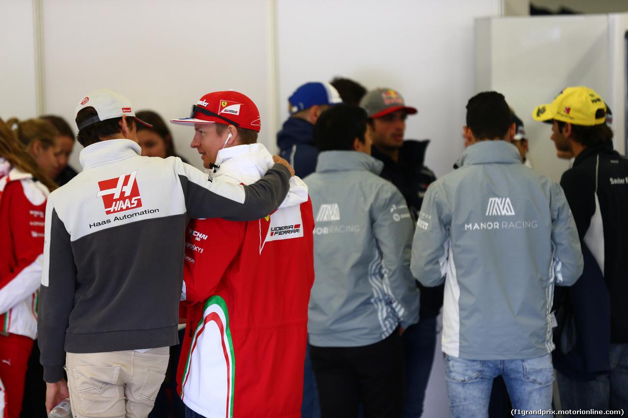 GP GRAN BRETAGNA, 10.07.2016 - Esteban Gutierrez (MEX) Haas F1 Team VF-16 e Kimi Raikkonen (FIN) Ferrari SF16-H