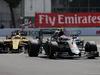 GP MESSICO, 30.10.2016 - Gara, Kevin Magnussen (DEN) Renault Sport F1 Team RS16 e Jenson Button (GBR)  McLaren Honda MP4-31