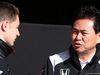 TEST F1 BARCELLONA 4 MARZO, (L to R): Stoffel Vandoorne (BEL) McLaren Test e Reserve Driver with Yasuhisa Arai (JPN) Honda Motorsport Chief Officer. 04.03.2016.