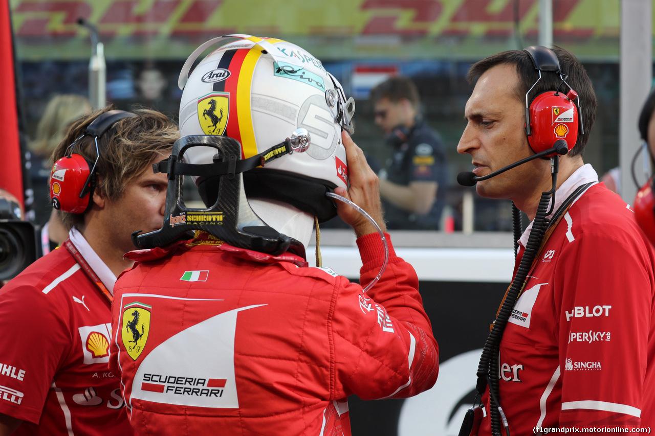GP ABU DHABI, 26.11.2017 - Gara, Sebastian Vettel (GER) Ferrari SF70H e Riccardo Adami (ITA) Ferrari Gara Engineer