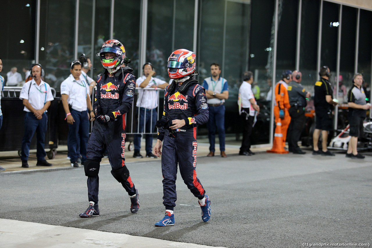 GP ABU DHABI, 26.11.2017 - Gara, Brendon Hartley (NZL) Scuderia Toro Rosso STR12 e Pierre Gasly (FRA) Scuderia Toro Rosso STR12