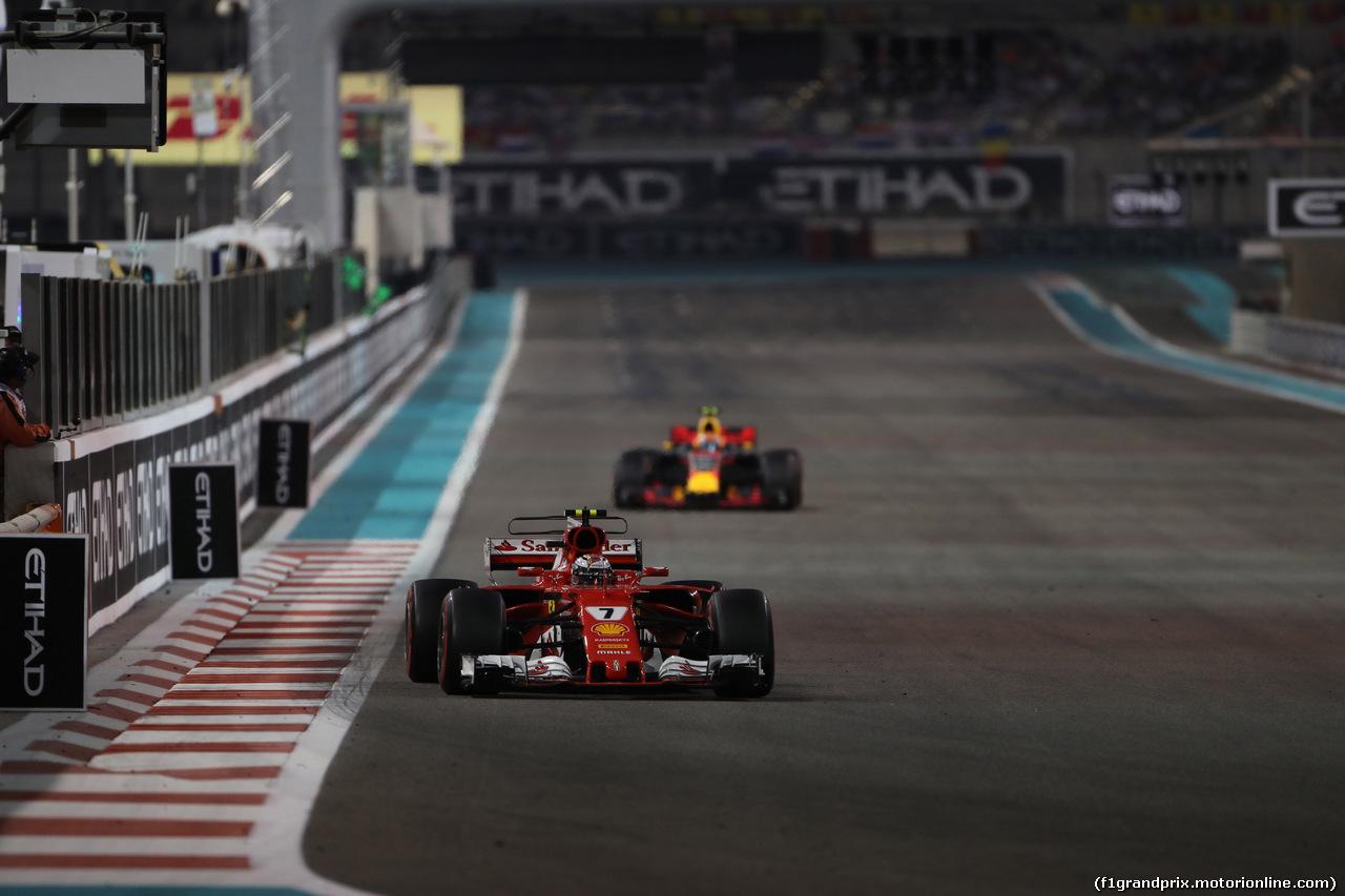 GP ABU DHABI, 26.11.2017 - Gara, Kimi Raikkonen (FIN) Ferrari SF70H davanti a Max Verstappen (NED) Red Bull Racing RB13