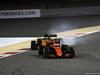 GP BAHRAIN, 16.04.2017 - Gara, Fernando Alonso (ESP) McLaren MCL32 e Jolyon Palmer (GBR) Renault Sport F1 Team RS17