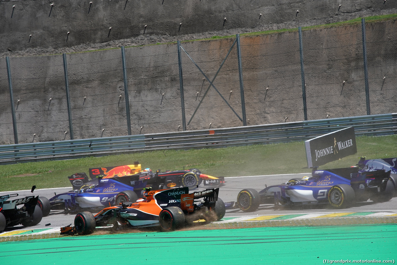 GP BRASILE, 12.11.2017 - Gara, Stoffel Vandoorne (BEL) McLaren MCL32 off track e Daniel Ricciardo (AUS) Red Bull Racing RB13 spins