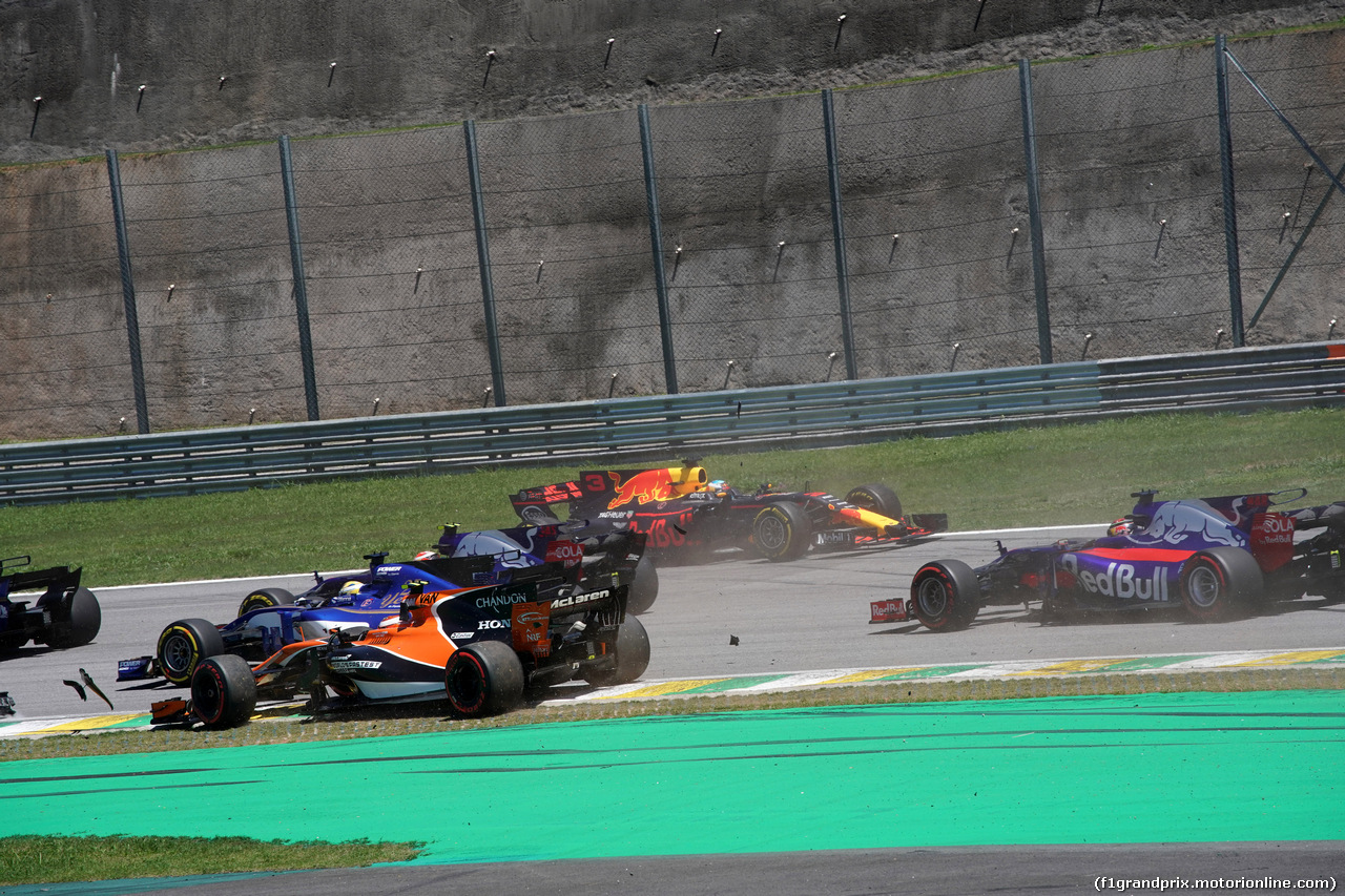 GP BRASILE, 12.11.2017 - Gara, Stoffel Vandoorne (BEL) McLaren MCL32 off track