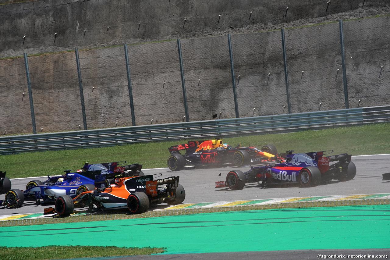 GP BRASILE, 12.11.2017 - Gara, Daniel Ricciardo (AUS) Red Bull Racing RB13 spins