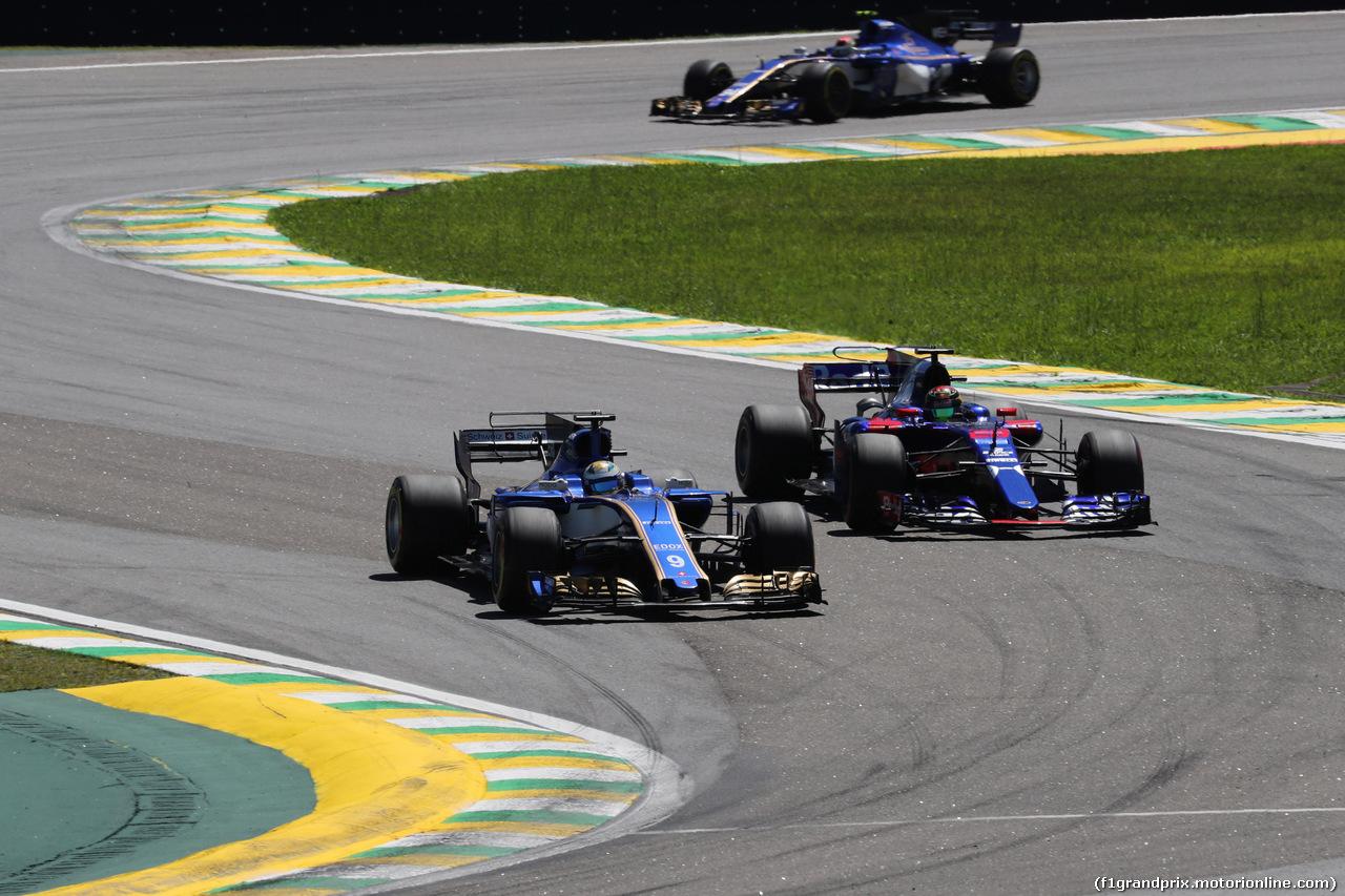 GP BRASILE, 12.11.2017 - Gara, Marcus Ericsson (SUE) Sauber C36 e Brendon Hartley (NZL) Scuderia Toro Rosso STR12