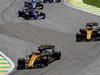 GP BRASILE, 12.11.2017 - Gara, Nico Hulkenberg (GER) Renault Sport F1 Team RS17 e Carlos Sainz Jr (ESP) Renault Sport F1 Team RS17