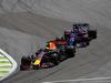 GP BRASILE, 12.11.2017 - Gara, Daniel Ricciardo (AUS) Red Bull Racing RB13 e Brendon Hartley (NZL) Scuderia Toro Rosso STR12