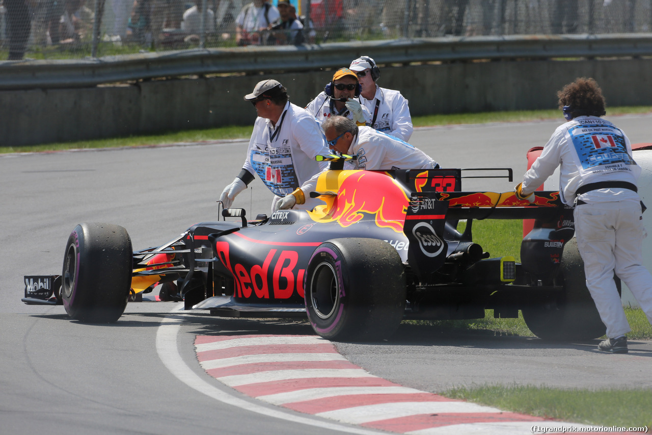 GP CANADA, 11.06.2017- Gara, Max Verstappen (NED) Red Bull Racing RB13 out of the race