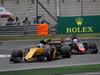GP CINA, 09.04.2017 - Gara, Jolyon Palmer (GBR) Renault Sport F1 Team RS17 e Romain Grosjean (FRA) Haas F1 Team VF-17