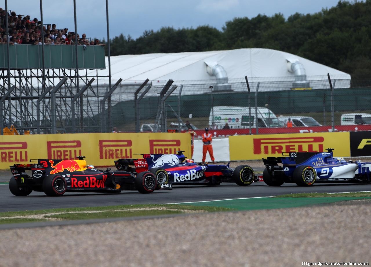 GP GRAN BRETAGNA, 16.07.2017 - Gara, Daniel Ricciardo (AUS) Red Bull Racing RB13, Daniil Kvyat (RUS) Scuderia Toro Rosso STR12 e Marcus Ericsson (SUE) Sauber C36