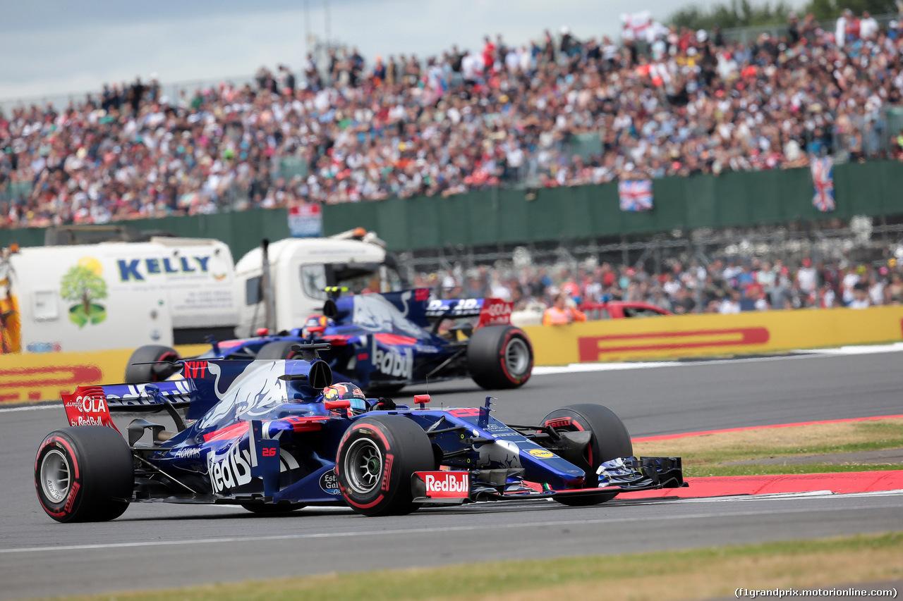 GP GRAN BRETAGNA, 16.07.2017 - Gara, Daniil Kvyat (RUS) Scuderia Toro Rosso STR12 davanti a Carlos Sainz Jr (ESP) Scuderia Toro Rosso STR12