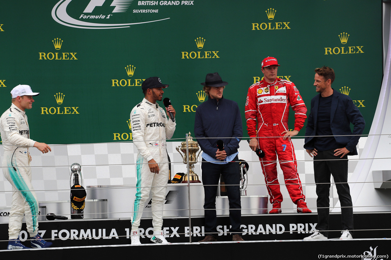 GP GRAN BRETAGNA, 16.07.2017 - Gara, Valtteri Bottas (FIN) Mercedes AMG F1 W08, Lewis Hamilton (GBR) Mercedes AMG F1 W08 vincitore e Owen Wilson (USA) Actor with Kimi Raikkonen (FIN) Ferrari SF70H e Jenson Button (GBR) McLaren MCL32