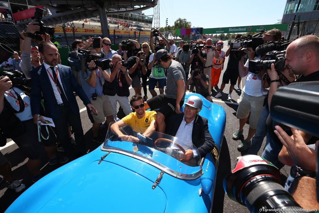GP ITALIA, 03.09.2017- drivers parade, Fernando Alonso (ESP) McLaren Honda MCL32 after historic car has a problem go with Nico Hulkenberg (GER) Renault Sport F1 Team RS17