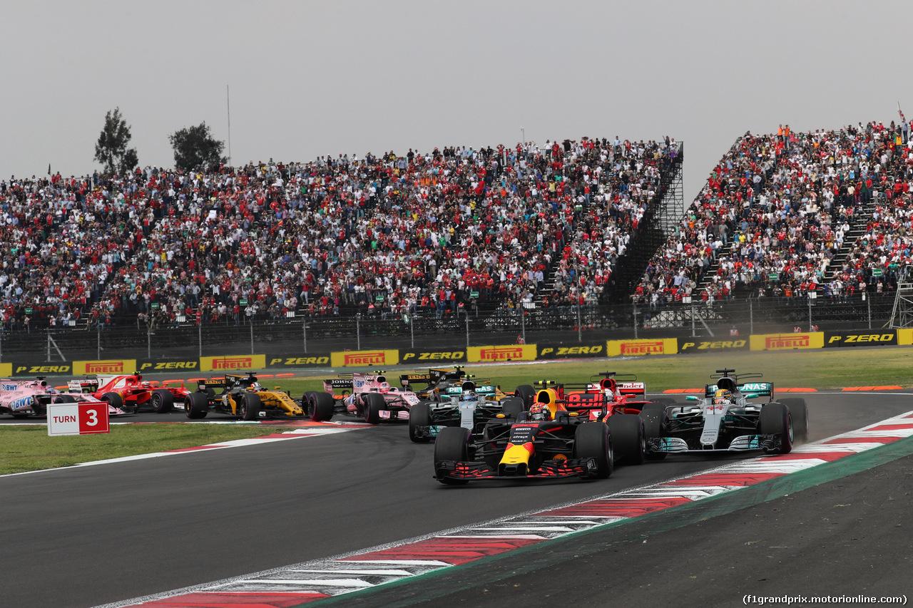 GP MESSICO, 29.10.2017 - Start of the race, Max Verstappen (NED) Red Bull Racing RB13, Lewis Hamilton (GBR) Mercedes AMG F1 W08 e Sebastian Vettel (GER) Ferrari SF70H