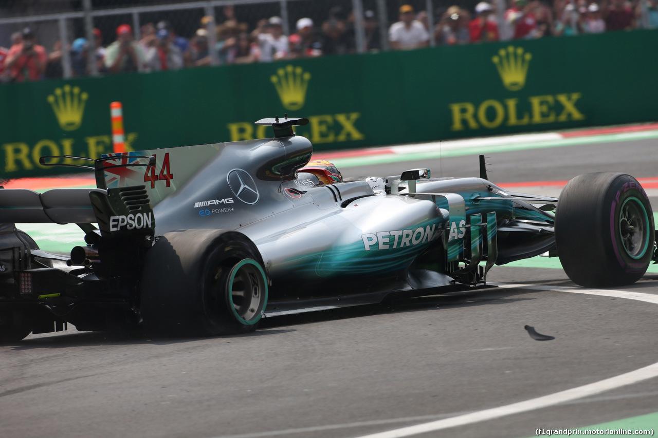 GP MESSICO, 29.10.2017 - Gara, Lewis Hamilton (GBR) Mercedes AMG F1 W08 with a puncture
