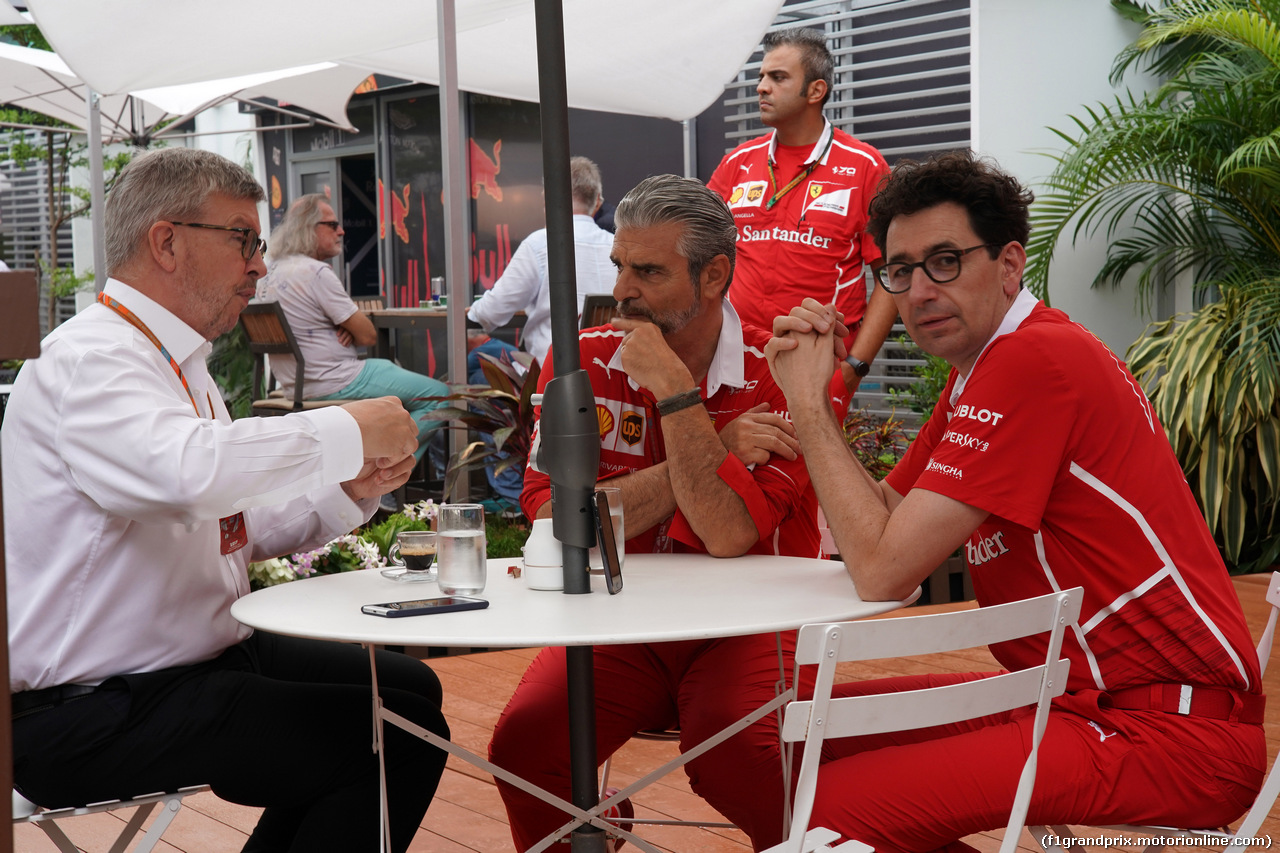 GP SINGAPORE, 17.09.2017 - Ross Brawn (GBR) Formula One Managing Director of Motorsports, Maurizio Arrivabene (ITA) Ferrari Team Principal e Mattia Binotto (ITA) Chief Technical Officer, Ferrari