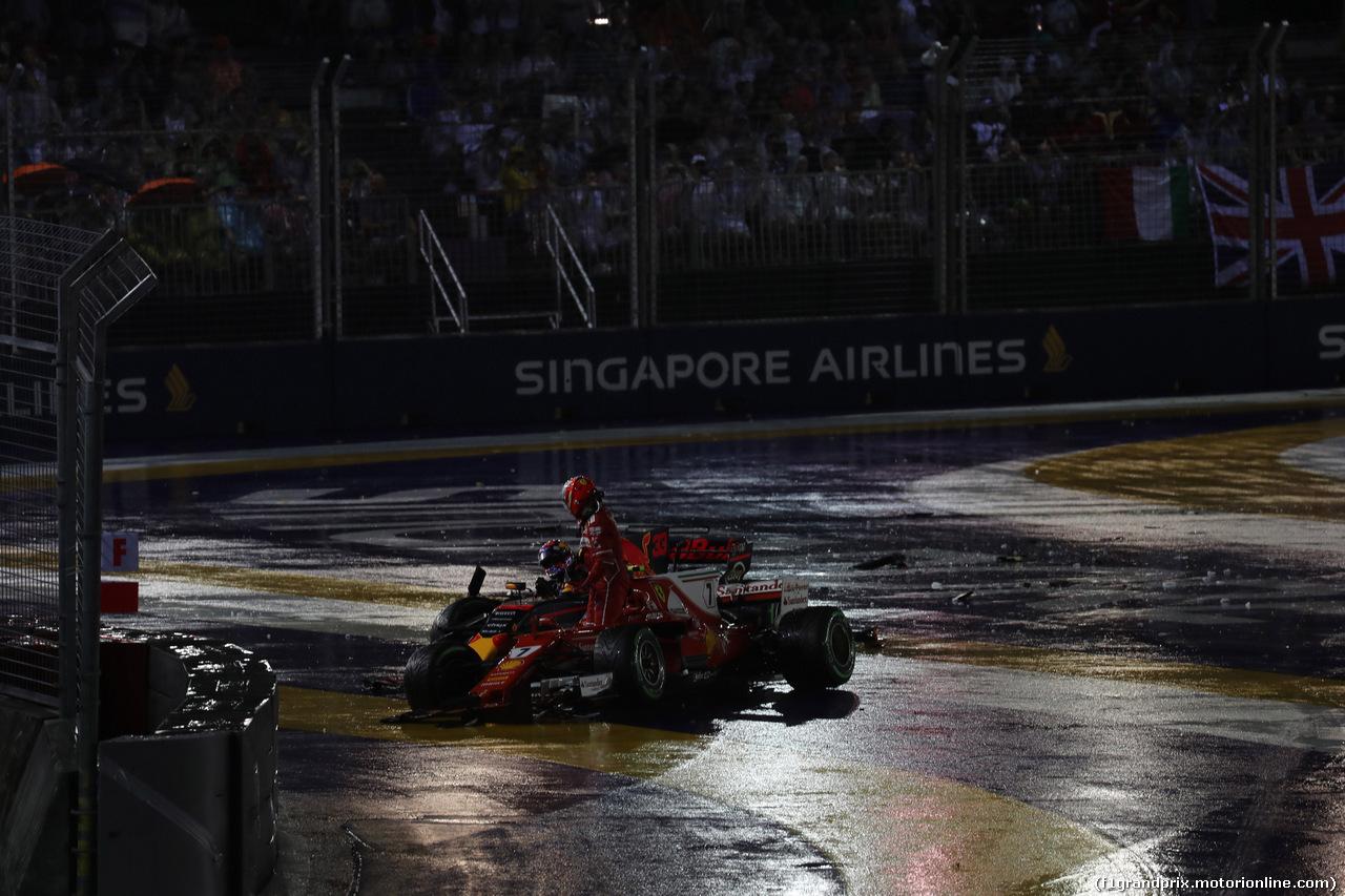 GP SINGAPORE, 17.09.2017 - Gara, Max Verstappen (NED) Red Bull Racing RB13 e Kimi Raikkonen (FIN) Ferrari SF70H retire from the race