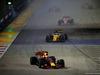 GP SINGAPORE, 17.09.2017 - Gara, Daniel Ricciardo (AUS) Red Bull Racing RB13 davanti a Nico Hulkenberg (GER) Renault Sport F1 Team RS17