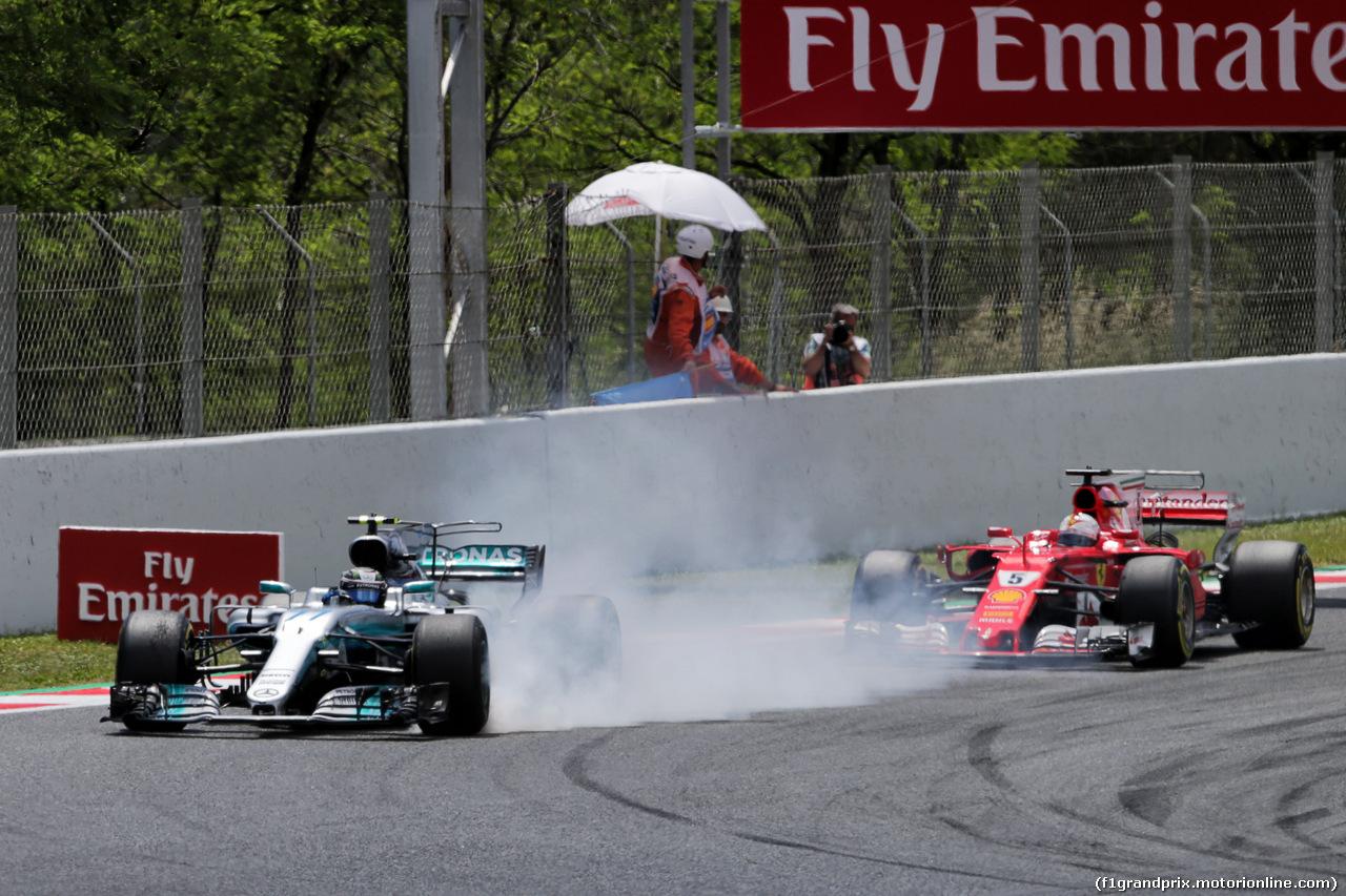 GP SPAGNA, Valtteri Bottas (FIN) Mercedes AMG F1 W08 e Sebastian Vettel (GER) Ferrari SF70H battle for position. 14.05.2017.