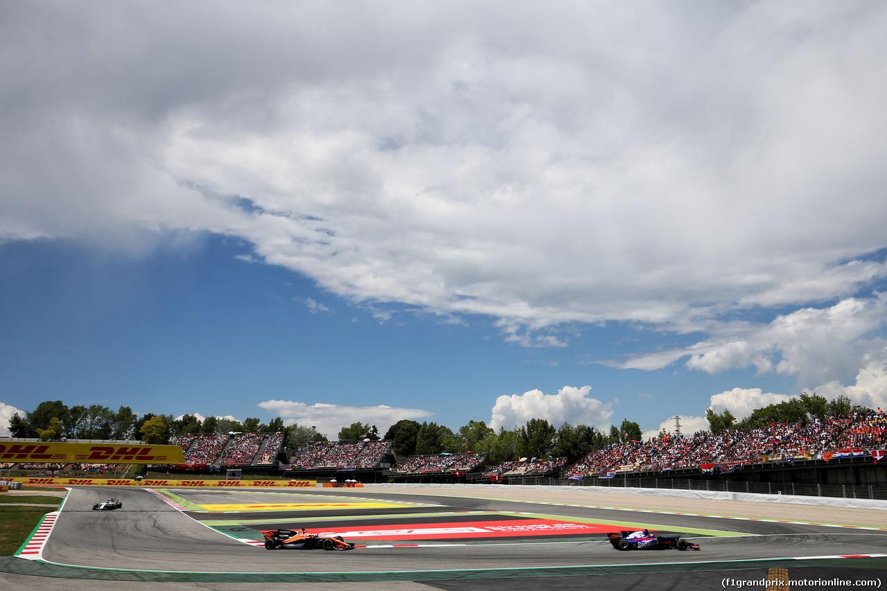 GP SPAGNA, Daniil Kvyat (RUS) Scuderia Toro Rosso STR12 davanti a Fernando Alonso (ESP) McLaren MCL32. 14.05.2017.