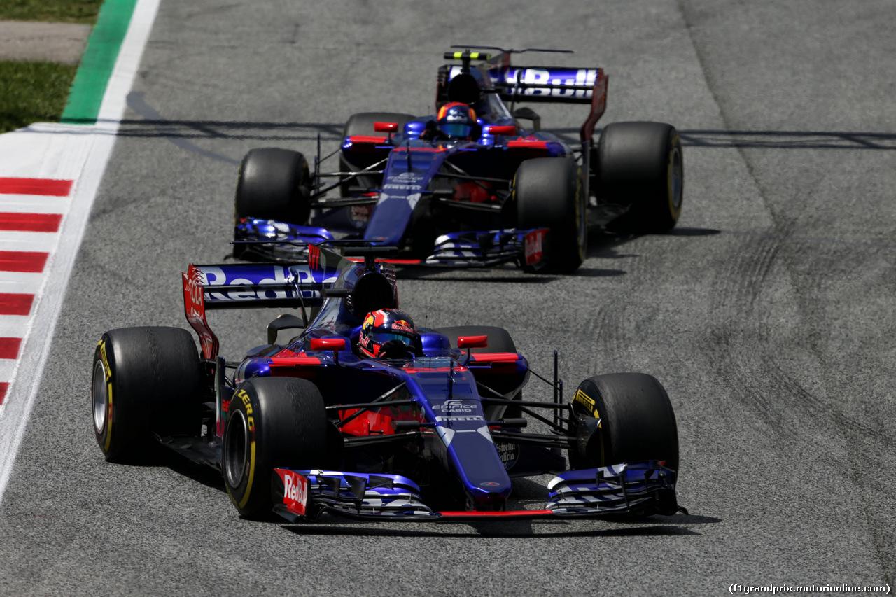 GP SPAGNA, Daniil Kvyat (RUS) Scuderia Toro Rosso STR12 davanti a team mate Carlos Sainz Jr (ESP) Scuderia Toro Rosso STR12. 14.05.2017.