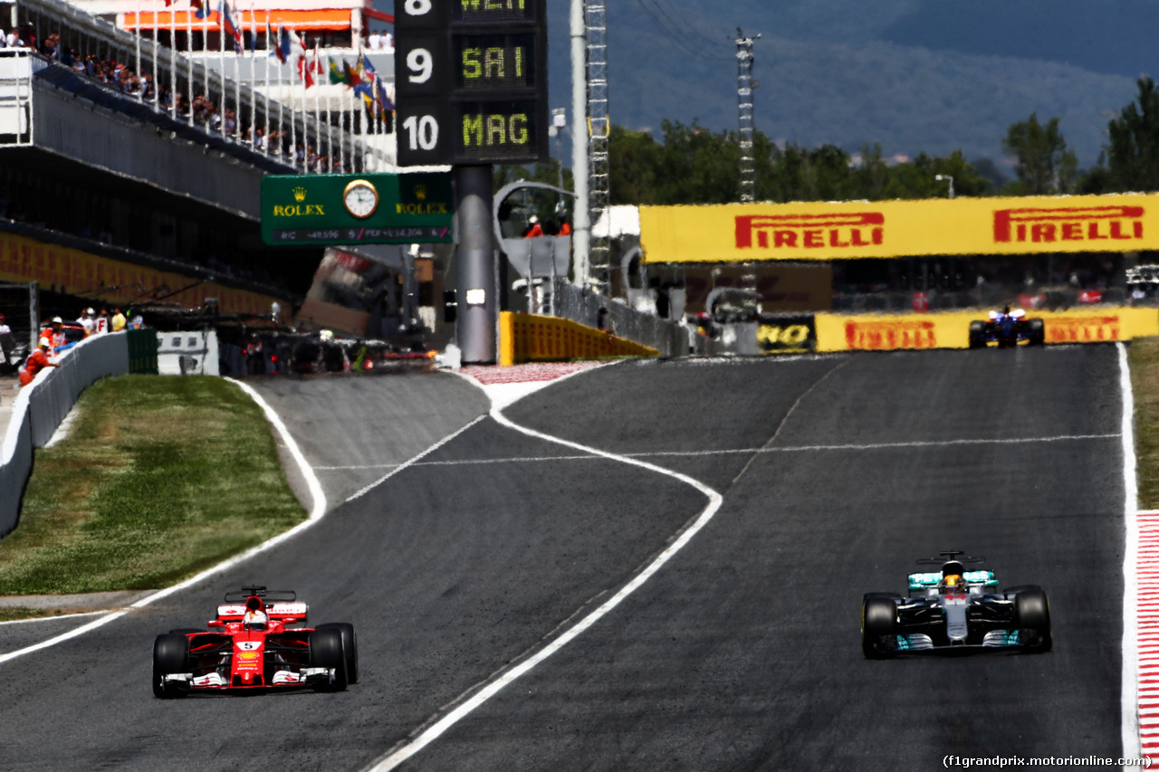 GP SPAGNA, Sebastian Vettel (GER) Ferrari SF70H e Lewis Hamilton (GBR) Mercedes AMG F1 W08 battle for the lead of the race. 14.05.2017.