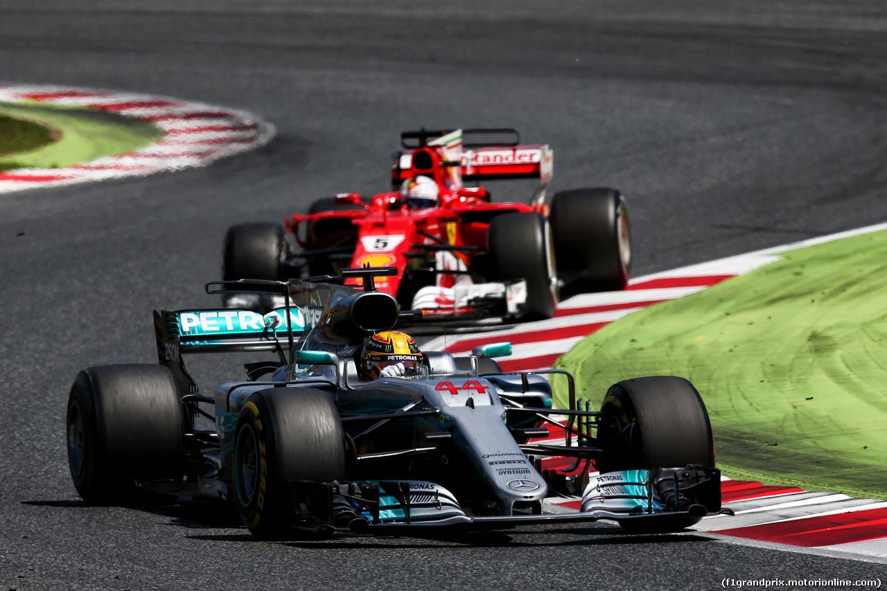 GP SPAGNA, Lewis Hamilton (GBR) Mercedes AMG F1 W08 davanti a Sebastian Vettel (GER) Ferrari SF70H. 14.05.2017.