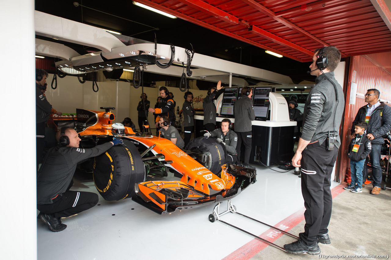 TEST F1 BARCELLONA 8 MARZO, Stoffel Vandoorne (BEL) McLaren MCL32 in the pits. 08.03.2017.