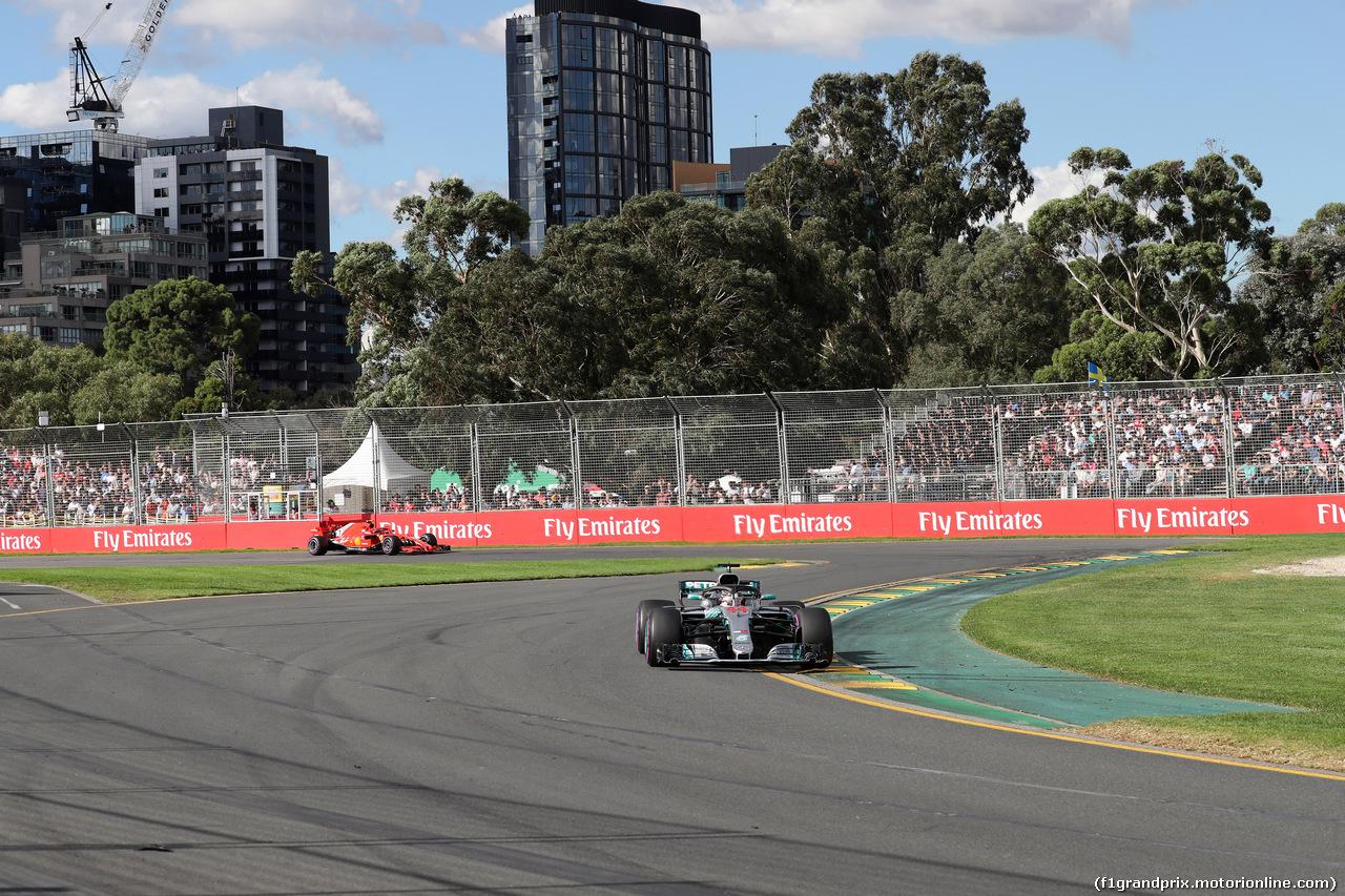 GP AUSTRALIA, 25.03.2018 - Gara, Lewis Hamilton (GBR) Mercedes AMG F1 W09 davanti a Sebastian Vettel (GER) Ferrari SF71H