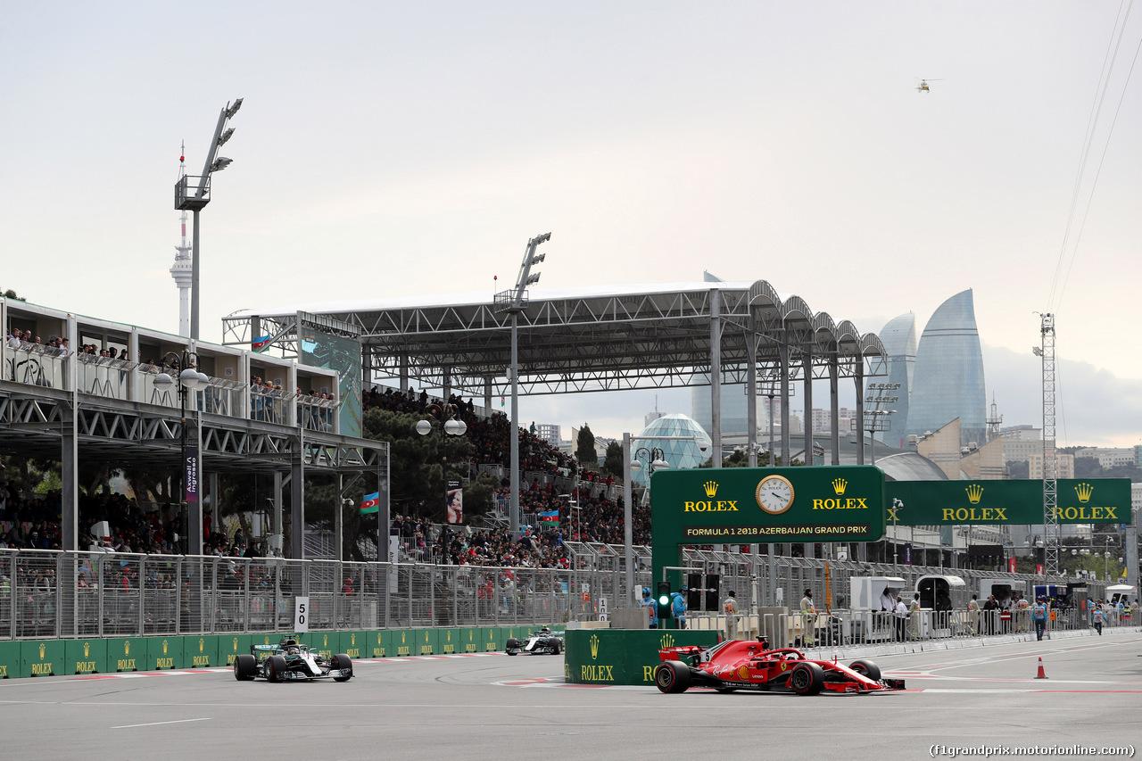 GP AZERBAIJAN, 29.04.2018 - Gara, Lewis Hamilton (GBR) Mercedes AMG F1 W09 e Sebastian Vettel (GER) Ferrari SF71H