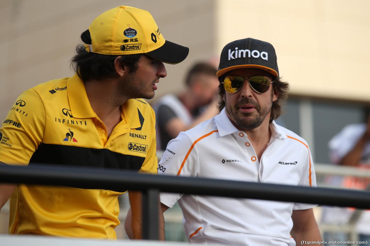 GP BAHRAIN, 08.04.2018 - Carlos Sainz Jr (ESP) Renault Sport F1 Team RS18 e Fernando Alonso (ESP) McLaren MCL33