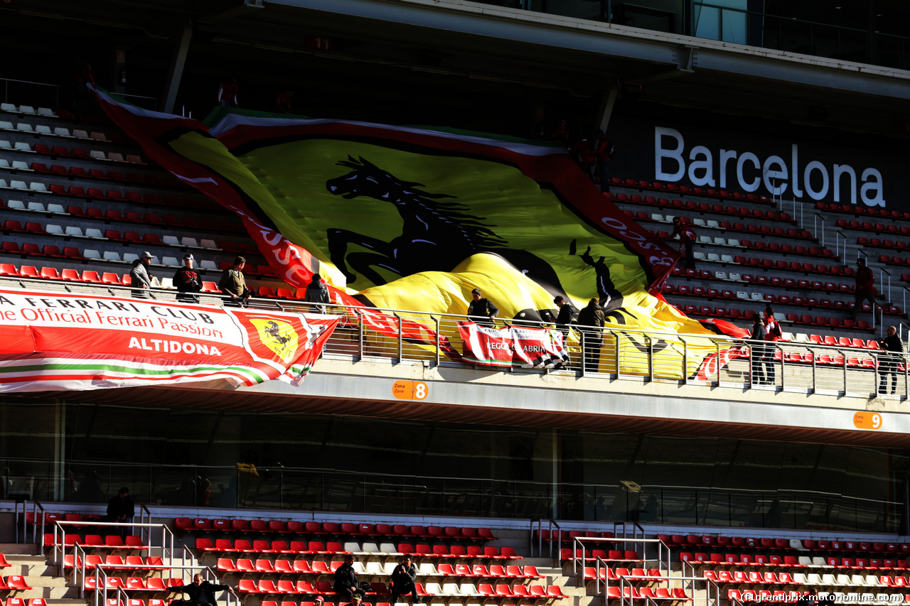 TEST F1 BARCELLONA 8 MARZO, Ferrari fans e banners in the grandstand. 07.03.2018. Formula One Testing, Day Two, Barcelona, Spain. Wednesday. - www.xpbimages.com, EMail: requests@xpbimages.com - copy of publication required for printed pictures. Every used picture is fee-liable. © Copyright: Moy / XPB Images