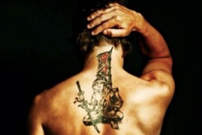 Alonso mostra il nuovo tatuaggio