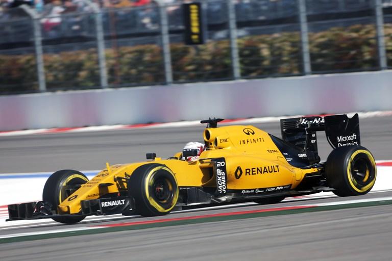 Formula 1, paura per Magnussen: la sua Renault va a fuoco VIDEO