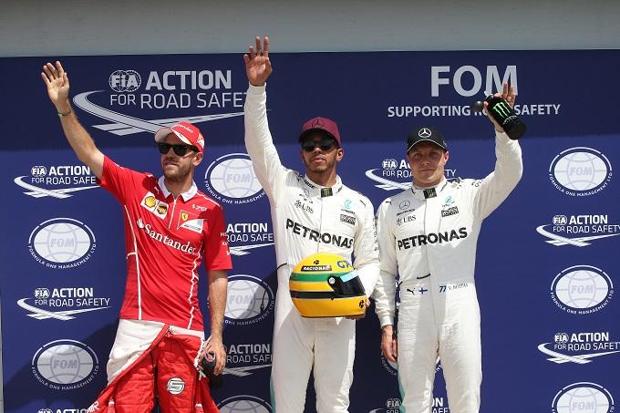 Lewis Hamilton si gode il cimelio