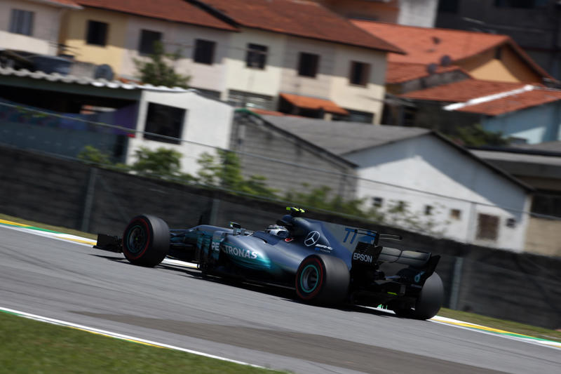 Gp Brasile, Bottas in pole davanti alle Ferrari