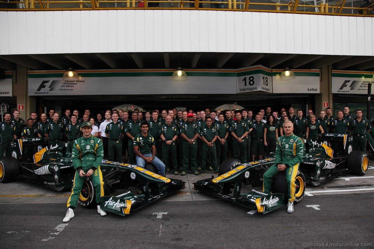 GP BRASILE, 27.11.2011- Team picture, Jarno Trulli (ITA), Team Lotus, TL11 e Heikki Kovalainen (FIN), Team Lotus, TL11
