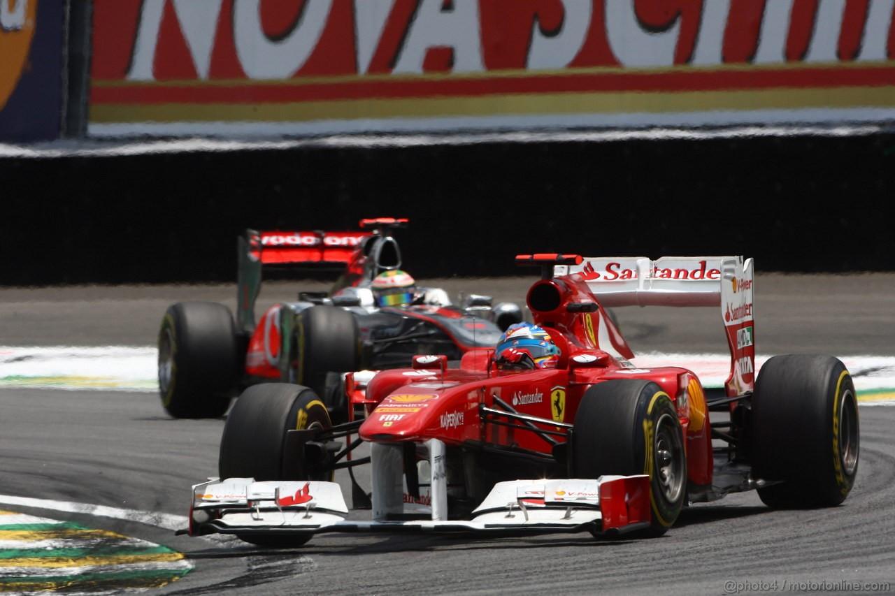 GP BRASILE, 27.11.2011- Gara, Fernando Alonso (ESP), Ferrari, F-150 Italia davanti a Lewis Hamilton (GBR), McLaren  Mercedes, MP4-26