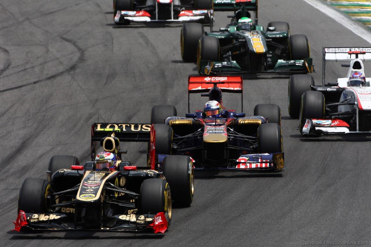 GP BRASILE, 27.11.2011- Gara, Vitaly Petrov (RUS), Lotus Renault GP, R31  e S�bastien Buemi (SUI), Scuderia Toro Rosso, STR6