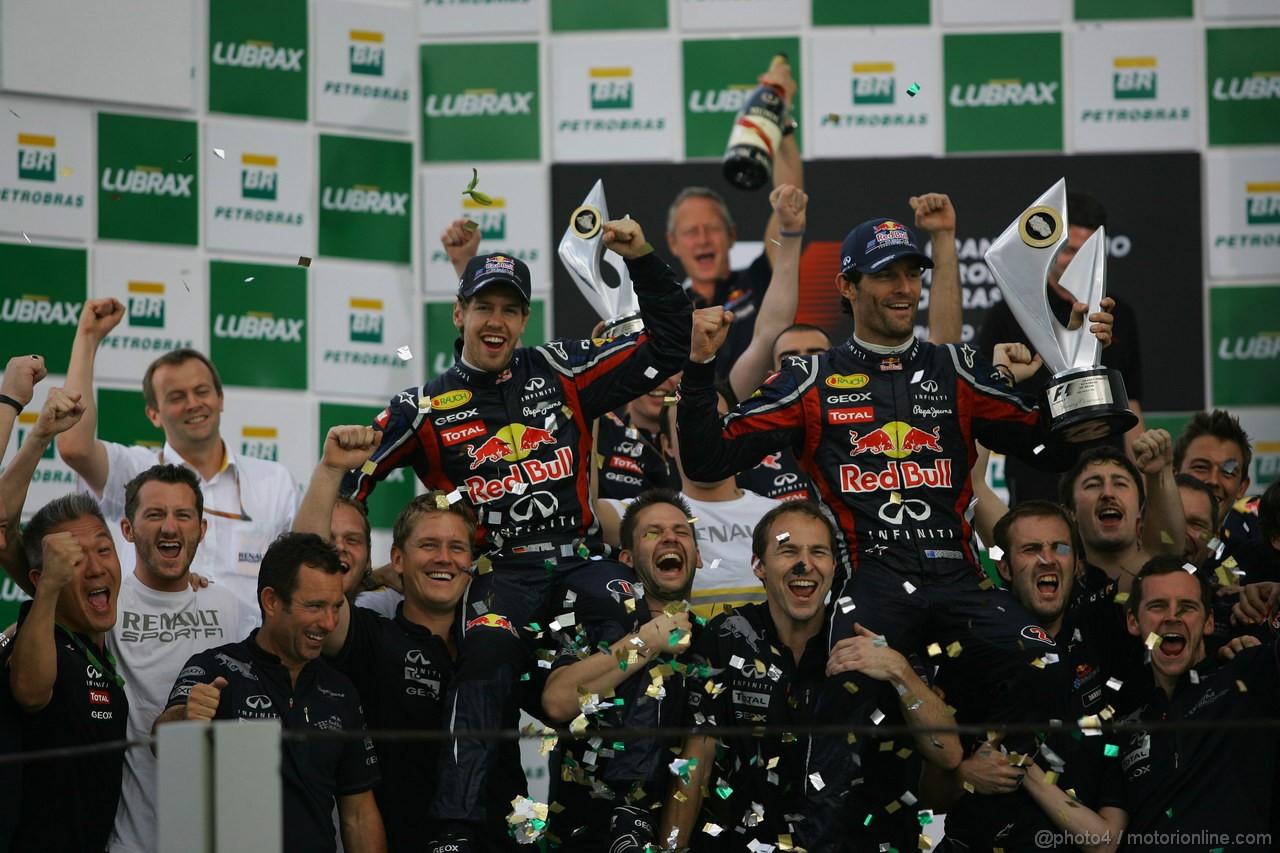 GP BRASILE, 27.11.2011- Gara, Festeggiamenti, Sebastian Vettel (GER), Red Bull Racing, RB7 e Mark Webber (AUS), Red Bull Racing, RB7