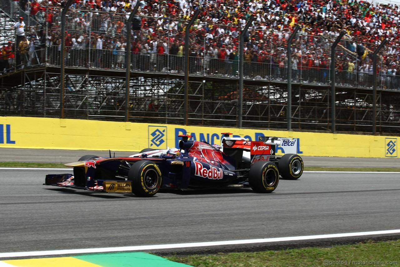 GP BRASILE, 27.11.2011- Gara, S�bastien Buemi (SUI), Scuderia Toro Rosso, STR6 e Kamui Kobayashi (JAP), Sauber F1 Team C30