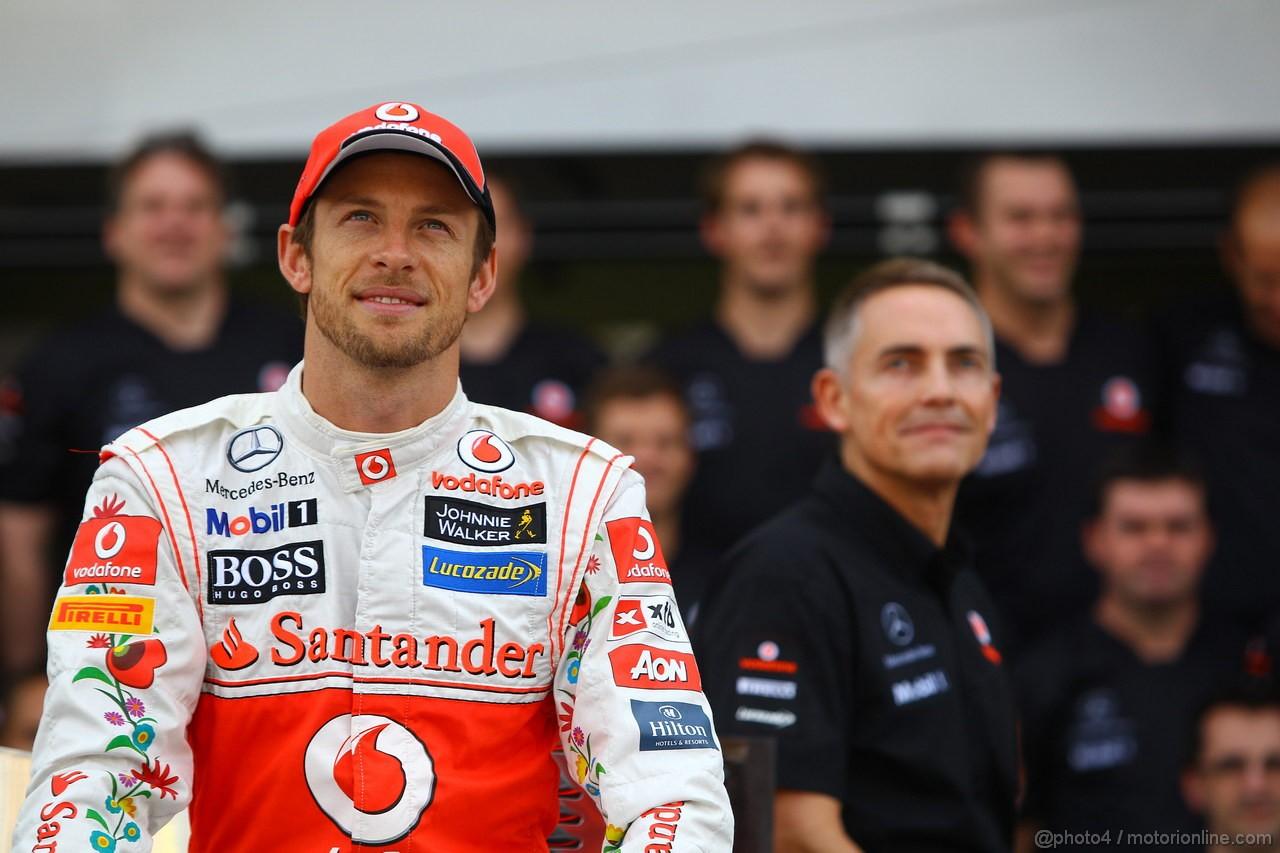 GP BRASILE, 26.11.2011- Team Picture, Jenson Button (GBR), McLaren  Mercedes, MP4-26 e Martin Whitmarsh (GBR), Chief Executive Officer Mclaren