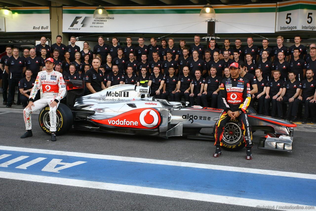 GP BRASILE, 26.11.2011- Team Picture, Jenson Button (GBR), McLaren  Mercedes, MP4-26, Martin Whitmarsh (GBR), Chief Executive Officer Mclaren e Lewis Hamilton (GBR), McLaren  Mercedes, MP4-26