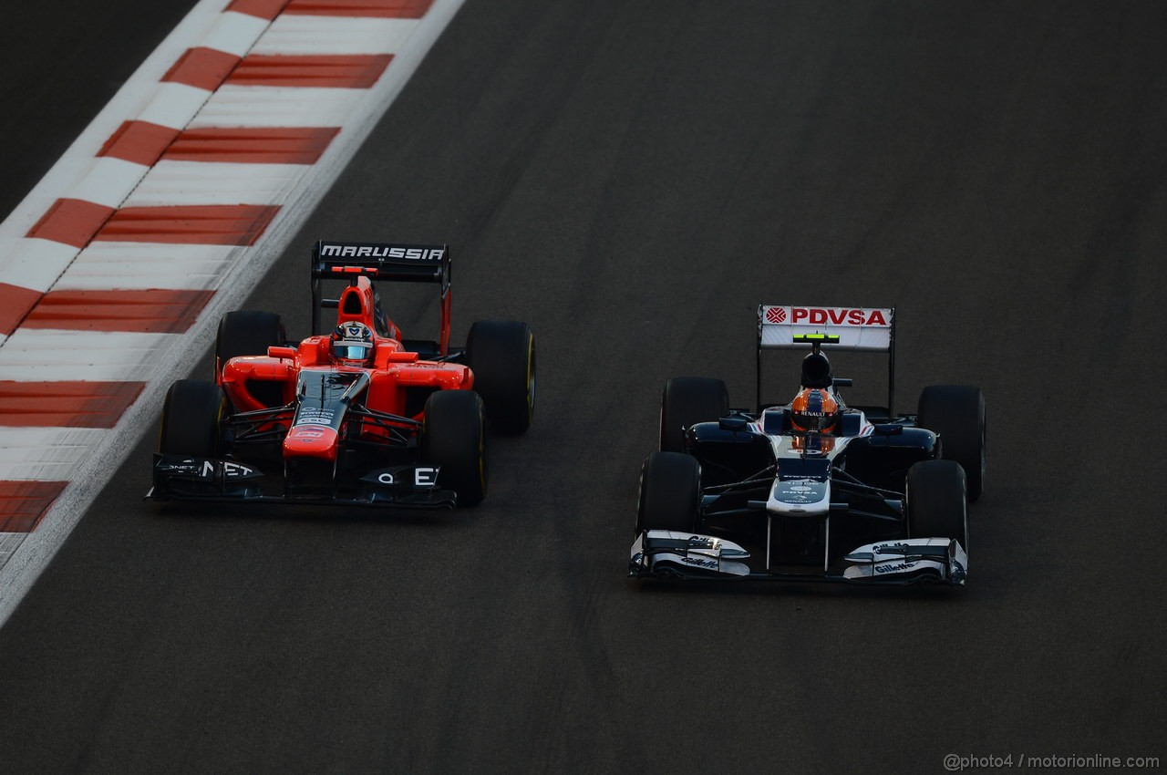 GP ABU DHABI, Gara: Bruno Senna (BRA) Williams F1 Team FW34 overtakes Timo Glock (GER) Marussia F1 Team MR01